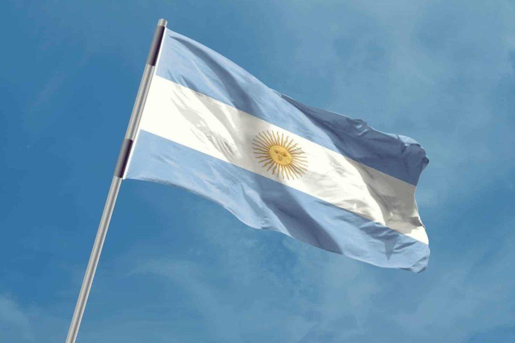 Drapeau argentin contre le ciel bleu