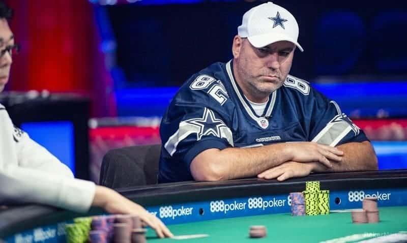 John Gorsuch est sotting à la table de poker pendant Millionaire Maker sur WSOP 2019