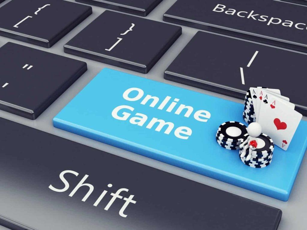 Noir et blanc poker jetons et cartes sont sur la clé de l'ordinateur portable