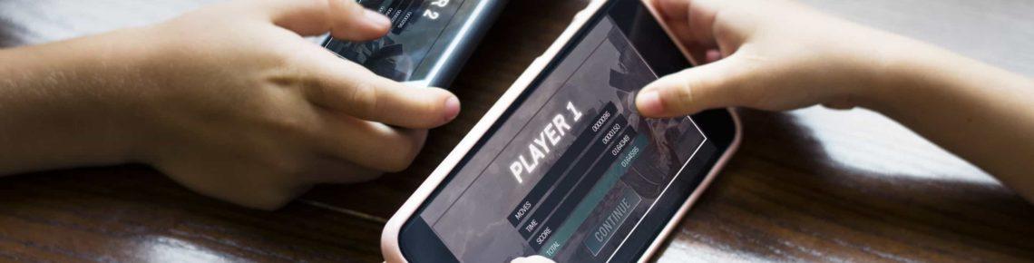 Deux personnes jouent à des jeux mobiles l'une contre l'autre sur leurs smartphones
