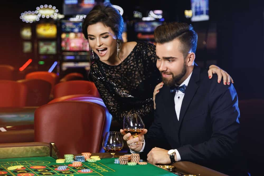 Beau couple riche joue au casino